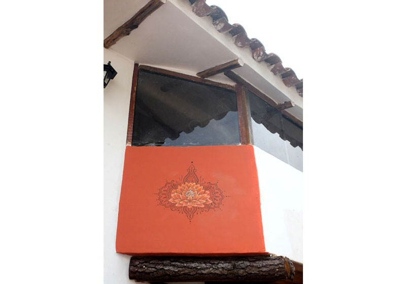 realisation peinture art mur fleur lotus fond rouge motifs floraux