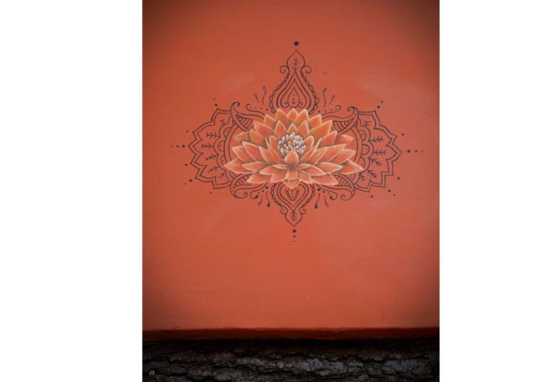 creation peinture murale lotus motifs artistiques mur couleur rouge