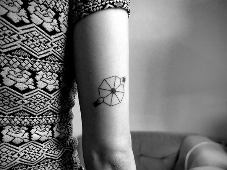design dessin tatouage minimaliste geometrique cafetiere